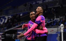 Mbappe tỏa sáng đưa PSG lên ngôi đầu bảng