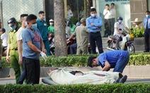 Chàng trai nước ngoài đang chạy xe máy, ngã lăn ra chết giữa đường