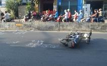 Sau tai nạn, 2 thanh niên bỏ lại xe máy rời khỏi hiện trường