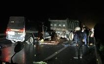 Xe khách đâm vào xe tải bị hỏng đỗ trên đường trong đêm, 3 người chết