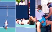 Đang thi đấu, tay vợt đổ gục trên sân vì nắng nóng