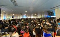 Sân bay Tân Sơn Nhất đông nghẹt, khách xếp hàng suýt lỡ chuyến