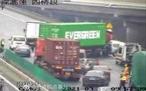 Dân mạng Trung Quốc sốt vì xe container Evergreen mắc kẹt trên cao tốc