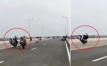 Triệu tập hàng chục thanh niên 'bốc đầu' xe máy trên cầu Cửa Hội