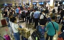 Sân bay ùn ứ, nhiều khách suýt lỡ chuyến bay vì thiếu khai báo y tế