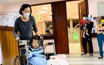Bé gái 3 tuổi rơi từ tầng 12 chung cư được ra viện