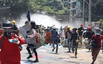 Thêm 2 người bị bắn chết ngày 8-3, phụ nữ Myanmar treo xà rông để 'ám' quân đội