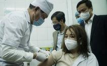 Thứ trưởng Bộ Y tế tự tay tiêm vắc xin cho nữ nhân viên y tế tuyến đầu chống dịch