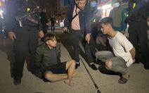 Cảnh sát nổ súng, truy đuổi bắt nhóm thanh niên mang dao phóng lợn