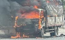 Xe tải chở bật lửa bốc cháy dữ dội trên đường Hải Dương