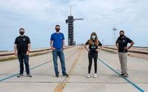 Bốn người trên chuyến bay thương mại đầu tiên vào vũ trụ