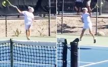 Cậu bé 12 tuổi gây 'sốt' vì đánh quần vợt bằng hai tay