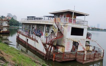 Du thuyền tiền tỉ ngày nào vẫn nằm hoang tàn trên mặt Hồ Tây