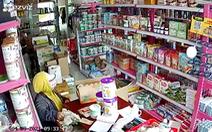 Nhóm người nghi dàn cảnh trộm tiền cửa hàng bách hóa giữa ban ngày