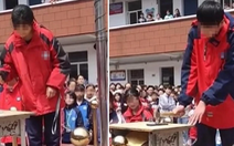 Trường học ở Trung Quốc bắt học sinh đập điện thoại để tập trung thi cử