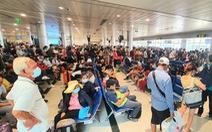 Nhiều hành khách không mang khẩu trang ở sân bay, có biểu hiện lơ là phòng chống dịch