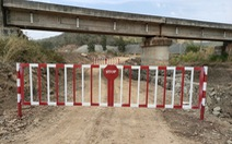 Doanh nghiệp tự ý mở đường dưới gầm cầu, uy hiếp an toàn chạy tàu