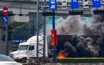 Xe container bốc cháy ngùn ngụt khi dừng đèn đỏ trên xa lộ Hà Nội