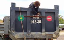 Xe ben chở cát quá tải, công an đưa máy khò nhiệt tới cắt luôn thùng xe cơi nới