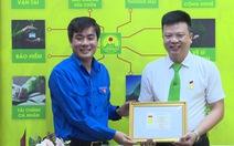 Tài xế taxi nhảy sông cứu người tự tử được nhận huy hiệu 'Tuổi trẻ dũng cảm'