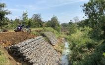 Kênh dẫn nước 15 tỉ đồng thấp hơn mặt ruộng do… bão