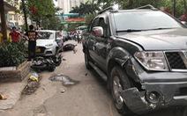 Xe bán tải lao vào 3 taxi và 2 xe máy trên phố Hà Nội, 2 người nhập viện