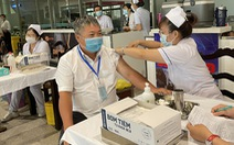 Tiêm vắc xin ngừa COVID-19 cho hơn 2.000 người làm việc tại sân bay Tân Sơn Nhất
