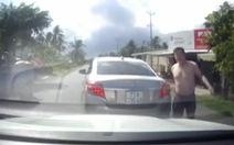 Tài xế bị đấm sưng môi vì bấm còi khi xe khác đang lùi