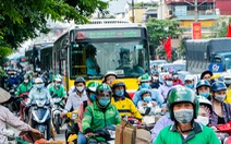 Nườm nượp người đổ về quê nghỉ lễ, xe cộ trên phố Hà Nội 'đứng hình' từ 3 giờ chiều