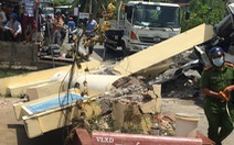 Xe tải chở cột điện va chạm cổng chào, tài xế bị đè tử vong