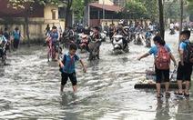 Trường ngập lênh láng vì nước thải từ làng giấy, 1.400 học sinh phải nghỉ học
