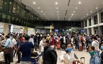 Khách dồn vào buổi sáng, sân bay Tân Sơn Nhất lại ùn tắc