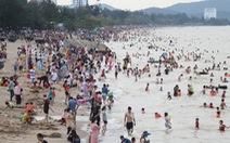 Hàng vạn người về Cửa Lò tắm biển, nhiều người quên đeo khẩu trang