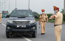 Va chạm giao thông, tài xế bỏ xe giữa đường dẫn lên cao tốc gây thêm ùn tắc