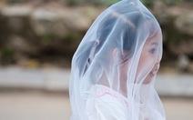 Trẻ em trùm kín vải che mặt đi chơi vườn bách thú