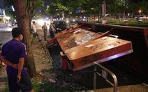 Trạm dừng xe buýt ở TP.HCM đổ sập ra đường, 2 người may mắn thoát nạn