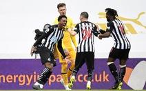 Đánh rơi chiến thắng trước Newcastle, Tottenham lỡ cơ hội vào tốp 4