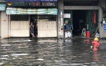 Mới mưa 'sương sương', dân đường Nguyễn Hữu Cảnh đã bị bì bõm