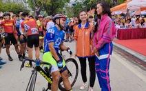 Hoa hậu H'Hen Niê ra đường đua chúc mừng 'vua nước rút'