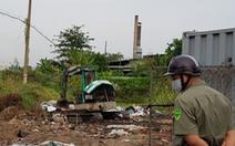 Bắt quả tang vụ chôn lấp trộm rác thải công nghiệp tại TP.HCM