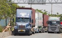 Chờ giờ vào cảng, vòng xoay biến thành bãi 'đáp' xe container 'khủng'