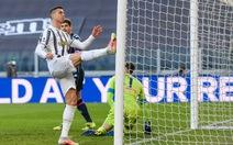 Bỏ lỡ khó tin, Ronaldo bực tức đạp vào khung thành