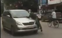 Lao ô tô vào tổ tuần tra rồi bỏ chạy cả trăm mét, mang theo cảnh sát trên nắp capô