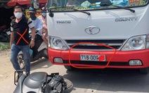 Xe khách đã lấn làn còn đánh người đi đường, ủi xe vào xe máy