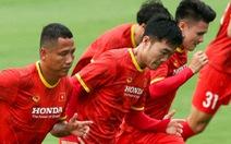 Xem tuyển Việt Nam tập luyện dưới mưa, Công Phượng được chỉ bài riêng