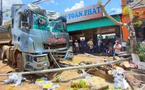 Xe đầu kéo lao lên lề tông một loạt trụ cứu hỏa, cây xanh, xe máy