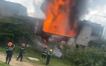 Cháy cửa hàng sơn lan sang nhà dân bên cạnh