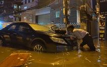 Nhiều tuyến phố Hà Nội ngập ngang bụng sau cơn mưa dông