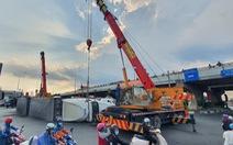 Người đi đường 'kinh hồn bạt vía' với xe container lật ở cầu vượt Bình Phước