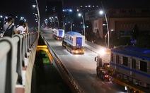 Suốt đêm đoàn xe siêu trường, siêu trọng mang các toa tàu metro đến với depot Long Bình